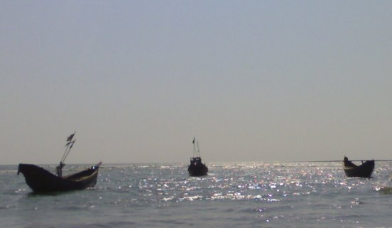 Trois barques de pêcheurs sur l'armure de la mer...