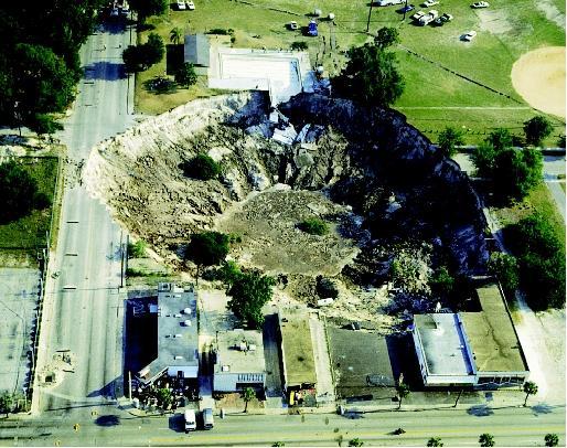 Sinkhole, trou d'évier «doline», à Winter Park, en Floride - le phénomène s'est produit le 6 mai 1981.