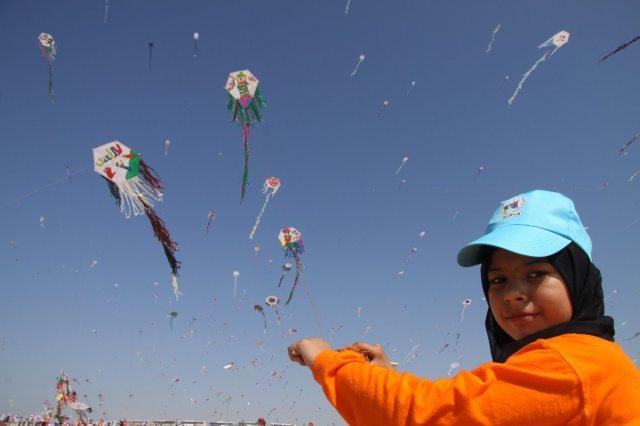 Un enfant palestinien, son sourire, son cerf-volant. Photo Ayman Quader, Camp de réfugiés palestiniens de Nuserat.