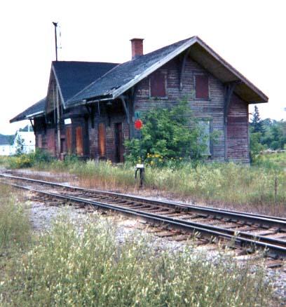 La Gare désaffectée de Sainte Anne de la Pérade au Québec. (Copyright Jean-Pierre Forest, 2001. Lien sur l'illustation.)