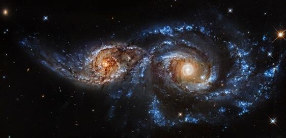 Deux galaxies-spirales se rencontrent et s'entrelacent (Source : cliquer)