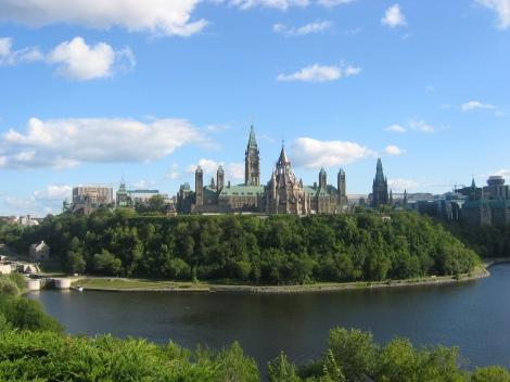La Colline du Parlement à Ottawa, vue de la rivière Outaouais (Ottawa River). La façade du Parlement est de l'autre côté. Le contenant est superbe. C'est ce qui circule à l'intérieur qui est est inquiétant.