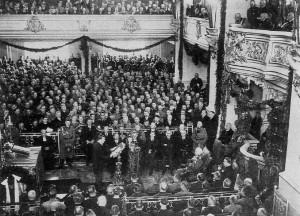 La Journée de Postdam, 21 mars 1933, durant laquelle le Chancelier allemand Adolf Hitler présenta son projet de Loi d'Habilitation et en fit la promotion. Sa démarche devait aboutir à l'adoption de la loi. Le Chancelier promit solennellement que ce pouvoir ne serait utilisé que dans le cas où une situation d'urgence se présenterait... (Source: cliquer sur l'image.)