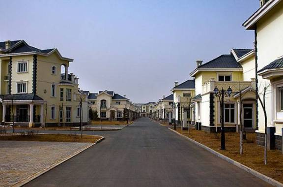 """Quartier de Kangbashi, en Chine. Vide. Il y aurait autour de 60 000 000 de logements ou d'appartements vides en Chine, des millions de gens incapables de les acquérir ou de s'y loger. Beaucoup sont achetés mais inhabités, ce sont des objets de spéculation une sorte de """"compte en banque"""" immobilier en pensant que la valeur va toujours monter..."""