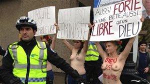 Les femen nietzshéenne à Montréal pour la la Charte des valuers québécoises : dans leur secte, Dieu est féministe. (Et God is American.)