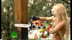 À la tronçonneuse. Les femen abattent, le 17 août 2012, le monument aux victimes ukrainiennes du totalitarisme stalinien à Kiev.