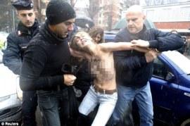 Les métamorphoses massemédiatisées des comédiennes : « La police n'est pas notre ennemie mais un partenaire, un moyen de faire des images, du bruit médiatique. » (Inna Chevtchenko dixit). Succès : Femen photographiée, grimaçante, médiatiquement bruyante, image efficace, pendant que les «partenaires» policiers l'amènent (Italie, vraisemblablement en février 2013, lors d'élections). Le cirque. S'il y avait une once de possibilité que je les prenne jamais au sérieux, cette once a fondu il y a un sacré bout de temps.