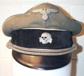 Les airs de famille : casquette Waffen SS Tête de Mort. Mort au ..