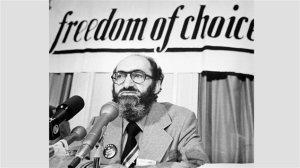 Henry Morgentaler lors d'une conférence de presse à Ottawa le 10 février 1976. (PC/Chuck Mitchell)