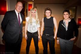 Le gros monsieur à gauche, c'est René Pflimlin, PDG de France Télévisions; la langue sortie, c'est Inna Chevchenko, leader des femen; Caroline Fourest; et la petite amie de Caroline.