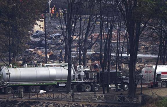 Le centreville de Lac Mégantic, vraisemblablement vers le 24 juillet 2013, quelques semaines après le désastre catabolique. Néron va continuer à faire payer les coupables de l'incendie. Nous ...