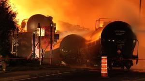 Les wagons-citernes explosent, coulent, brûlent à Lac Mégantic au Québec.
