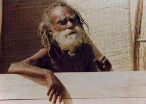 Shree Devraha Baba aurait quitté son corps physique en 1989 - certains disent en 1990. Cette photo date vraisemblablement des années 1970s ou 1980s.