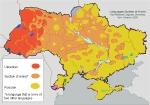 2009 :  Une carte linguistique de l'Ukraine fournie par l'Université Nationale de Linguistique de Kiev. À l'Ouest (à gauche), le rouge représente les régions de langue ukrainienne. De couleur saumon, ce qu'on appelle là-bas les régions surzhyk (créoles), mélange d'ukrainien et de russe (et vraisemblablement d'autres langues).  À droite, à l'Est, en jaune safran (?), les régions à dominante russophone. Le territoire ukrainien serait majoritairement sulzhyk et russophone.