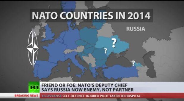 """Les pays de l'Otan en 2014, saisie d'écran, Russia Today, 2 avril 2014. Les points d'interrogation indiquent, de haut en bas, l'Ukraine, la Moldavie, la Géorgie, qui sont candidats à l'entrée dans l'Otan. Le 1er mai 2014, le ministre géorgien de la défense a laissé entendre (il a """"demandé"""" à l'Otan que) que l'Otan pourrait bientôt installer une base militaire sur son territoire (une """"base militaire"""" qui ne porterait évidemmment pas ce nom)."""