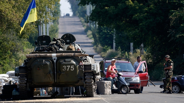 Ukrainian soldiers guard a checkpoint near the town of Debaltseve in the Donetsk region August 4, 2014 (Reuters / Sergey Karpukhin)