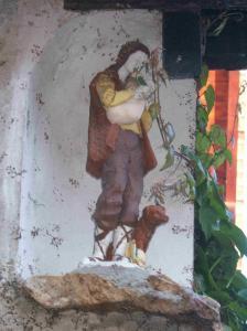 Un berger. Très vraisemblablement, un Saint Jean Baptiste. Dans un village de France.
