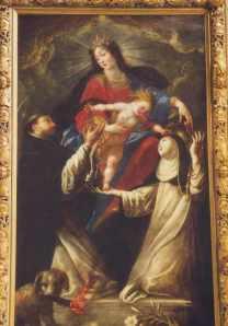 Saint Dominique recevant le Rosaire de la main de Sainte Anne. «Dominicains», en latin, se dit «Dominicanis», qui peut se traduire par «Chiens du Seigneur» (Domini Canis..) D'ailleurs le chien est représenté en bas du tableau, tenant dans sa gueule une torche allumée, la chaleur, ce qui éclaire la nuit, la lumière dans la nuit, qui guide.. Tableau de Claude Vignon, ca 1630, 1635. Source : cliquer.